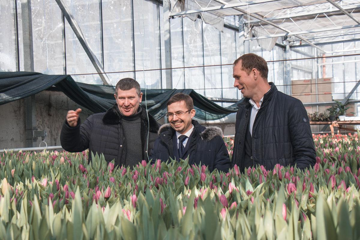Также ему помогали директор оранжереи (слева) и начальник управления экологии и природных ресурсов КГГА Андрей Малеваный (справа)
