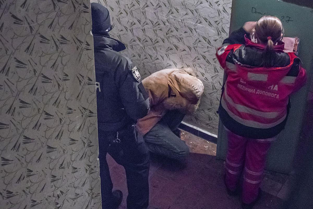 Подозреваемого опрашивали в подъезде возле квартиры, где нашли труп женщины