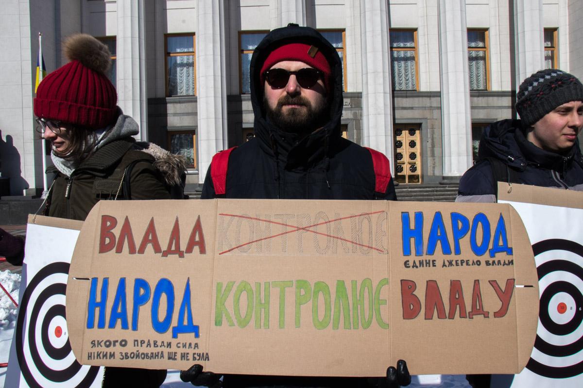 Некоторые участники акции держали в руках плакаты