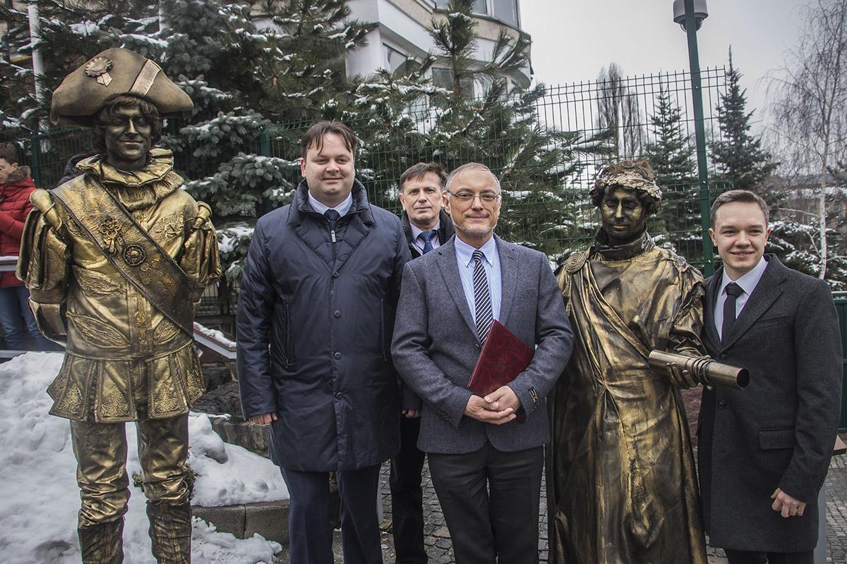 На память о встрече чиновник сделал фото с участниками акции