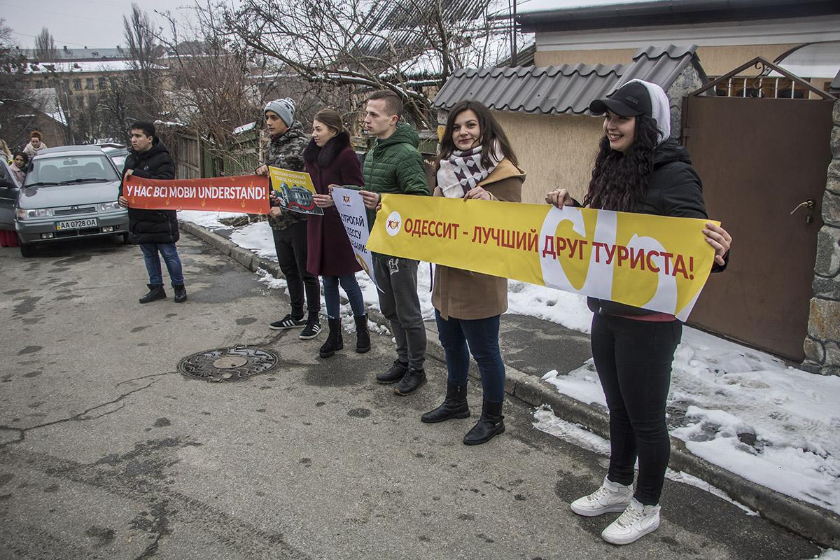 около посольства Бельгии в Киеве собрались общественные деятели, а также артисты и музыканты из Одессы