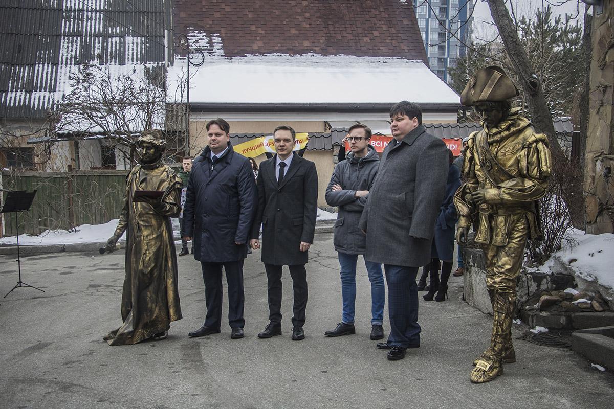 Члены общественной организации «Одесситы вместе» пришли в сопровождении основателя Одессы –герцога де Ришелье и создателя потемкинской лестницы – князя Потемкина