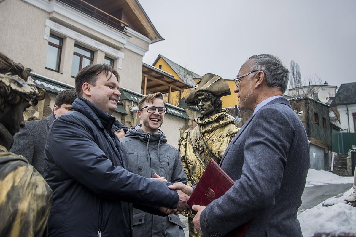 Одесситы передали консулу Гвидо Граувельсу личное приглашение на курорт
