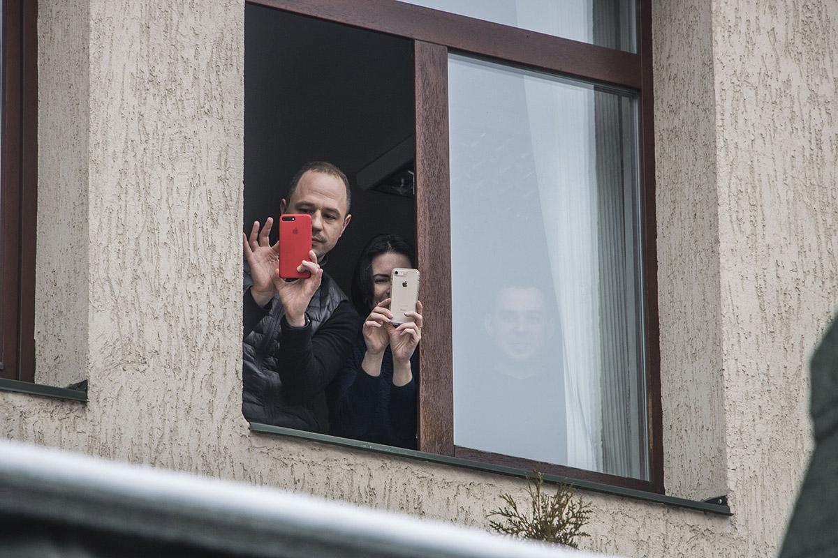 На ходом акции наблюдали жители близлежащих домов