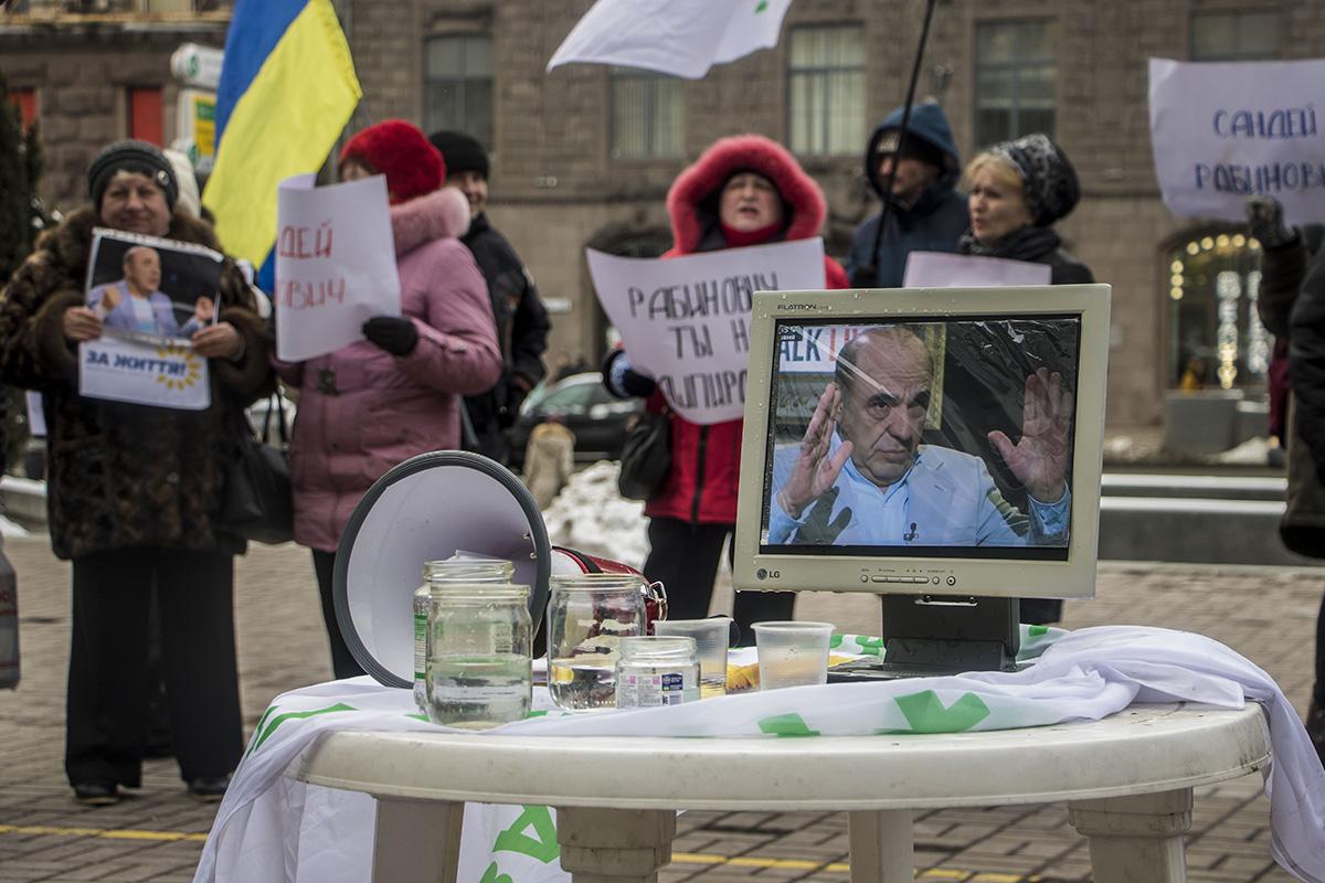 """Ведущий демонстрации призывал всех прохожих выпить """"заряженной Рабиновичем"""" воды либо поцеловать портрет"""
