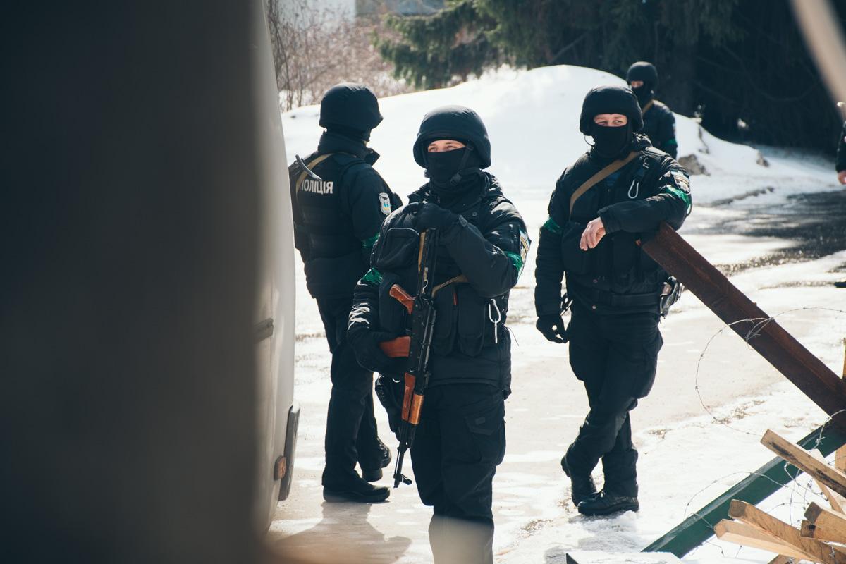 На территории завода много вооруженных правоохранителей