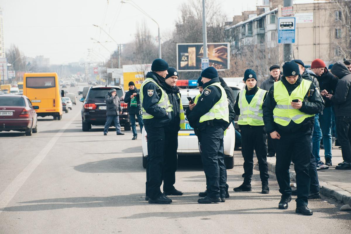 Возле АТЭКа за правопорядком следит патрульная полиция