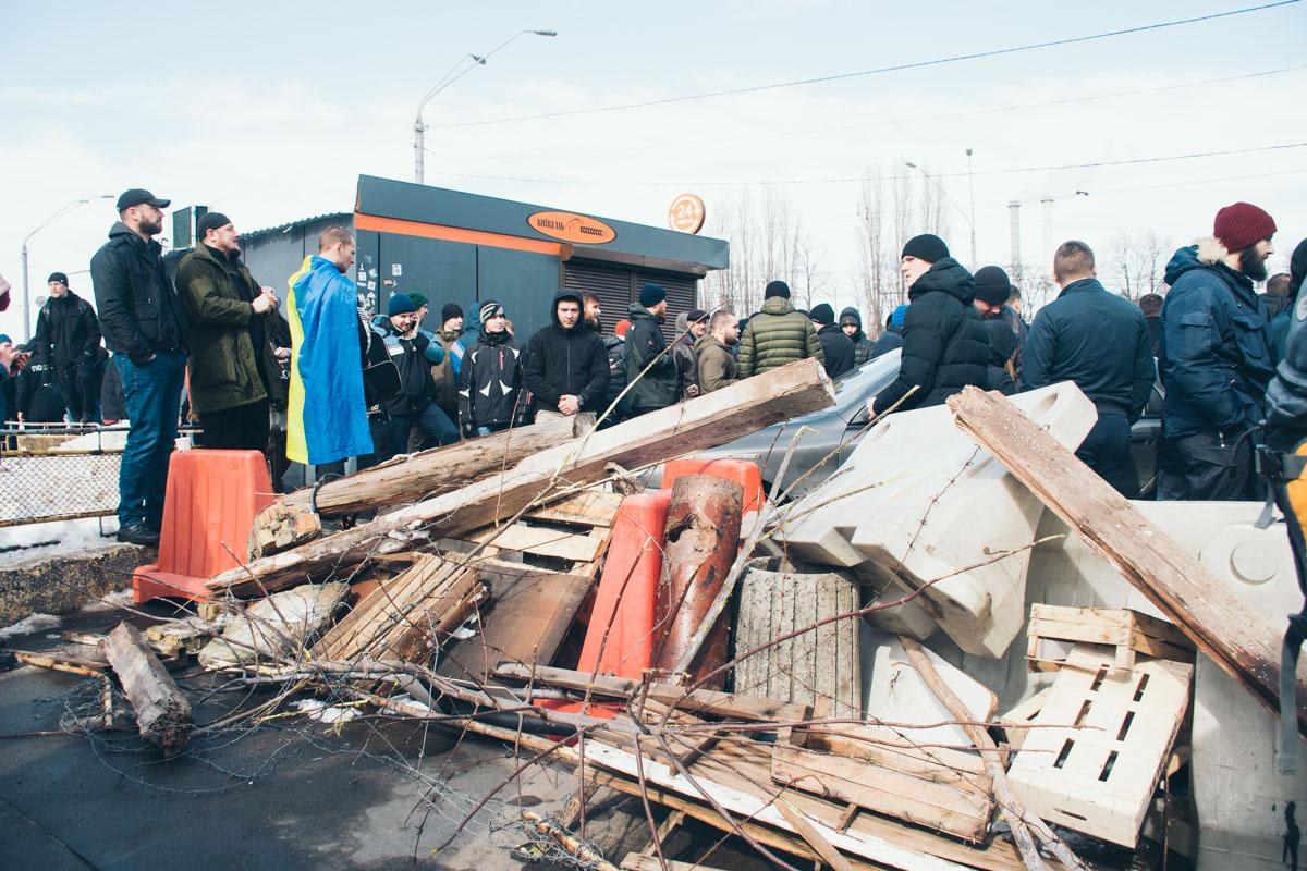 Националисты блокируют выезд с территории завода