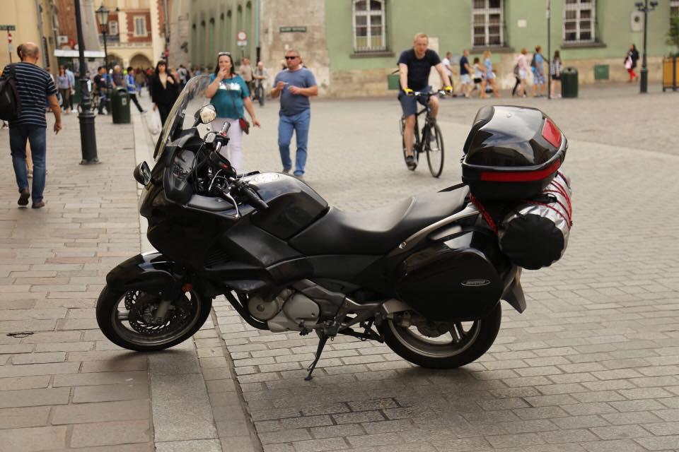 Украденный мотоцикл черный Honda Deauville NT700 2012 года выпуска