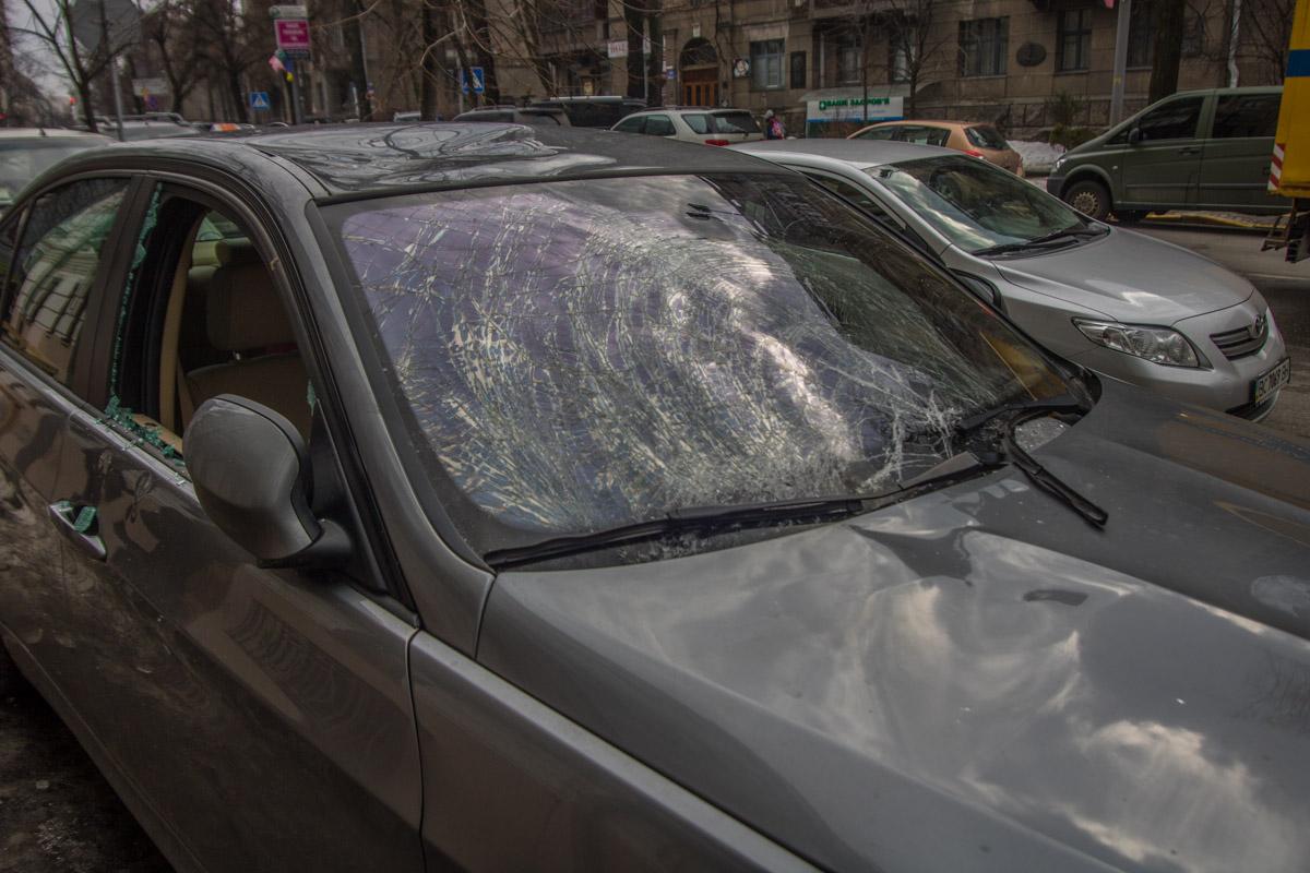Льдина, судя по повреждениям, упала на крышу автомобиля