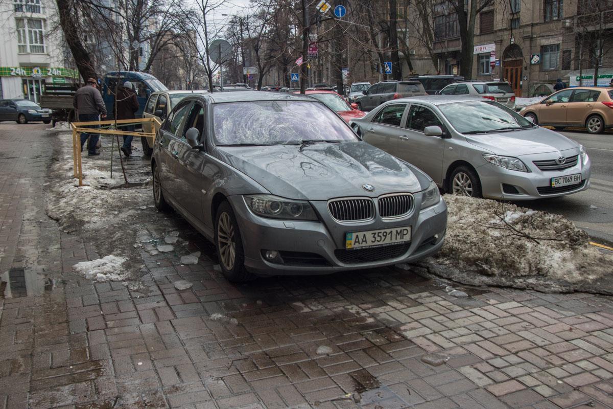 Автомобиль был припаркован на тротуаре