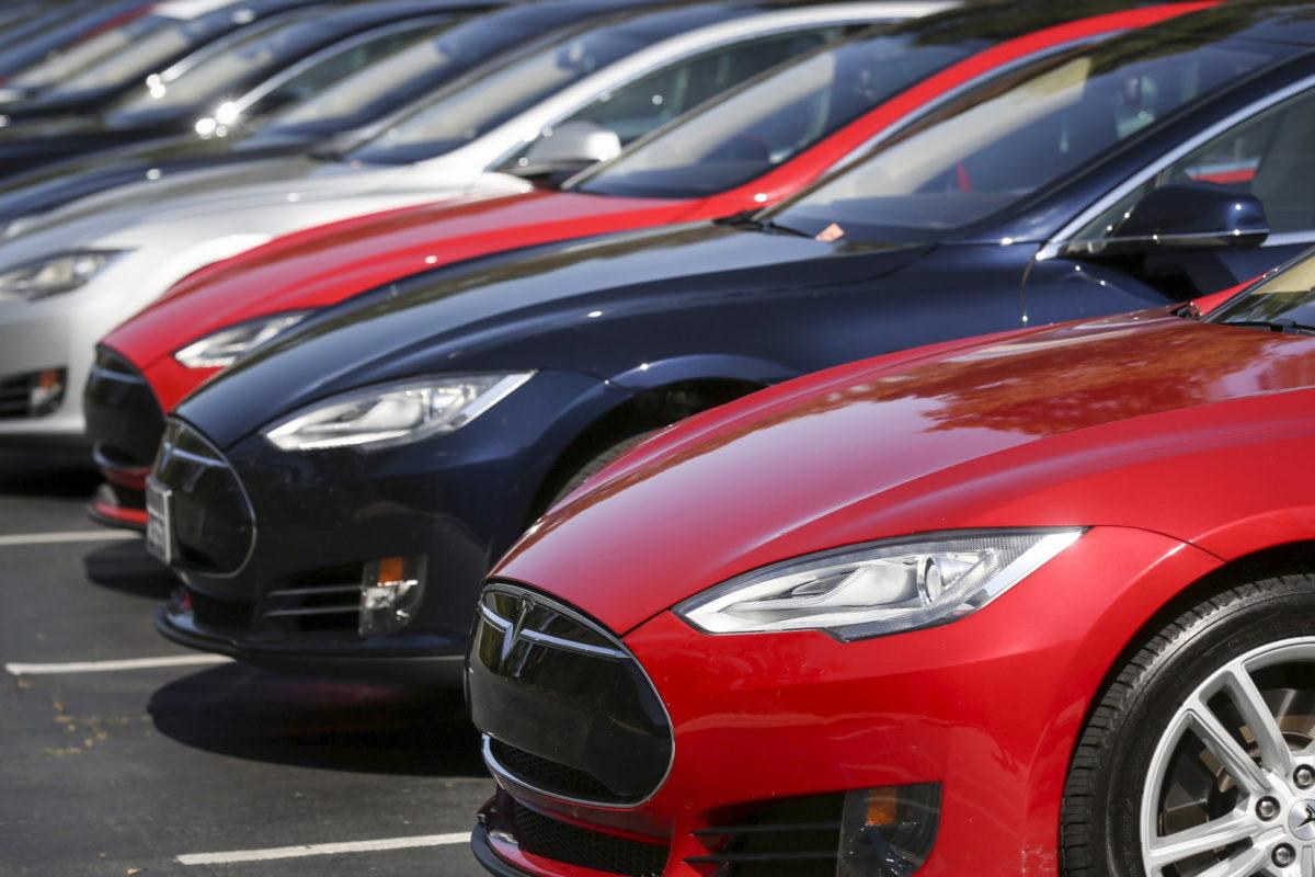 Tesla отзывает более 123 тысяч машин марки Tesla S из-за проблем с усилителем руля