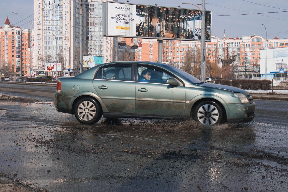 В дырку на асфальте часто попадают автомобили
