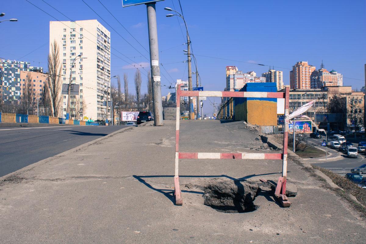 На тротуаре образовалась глубокая яма