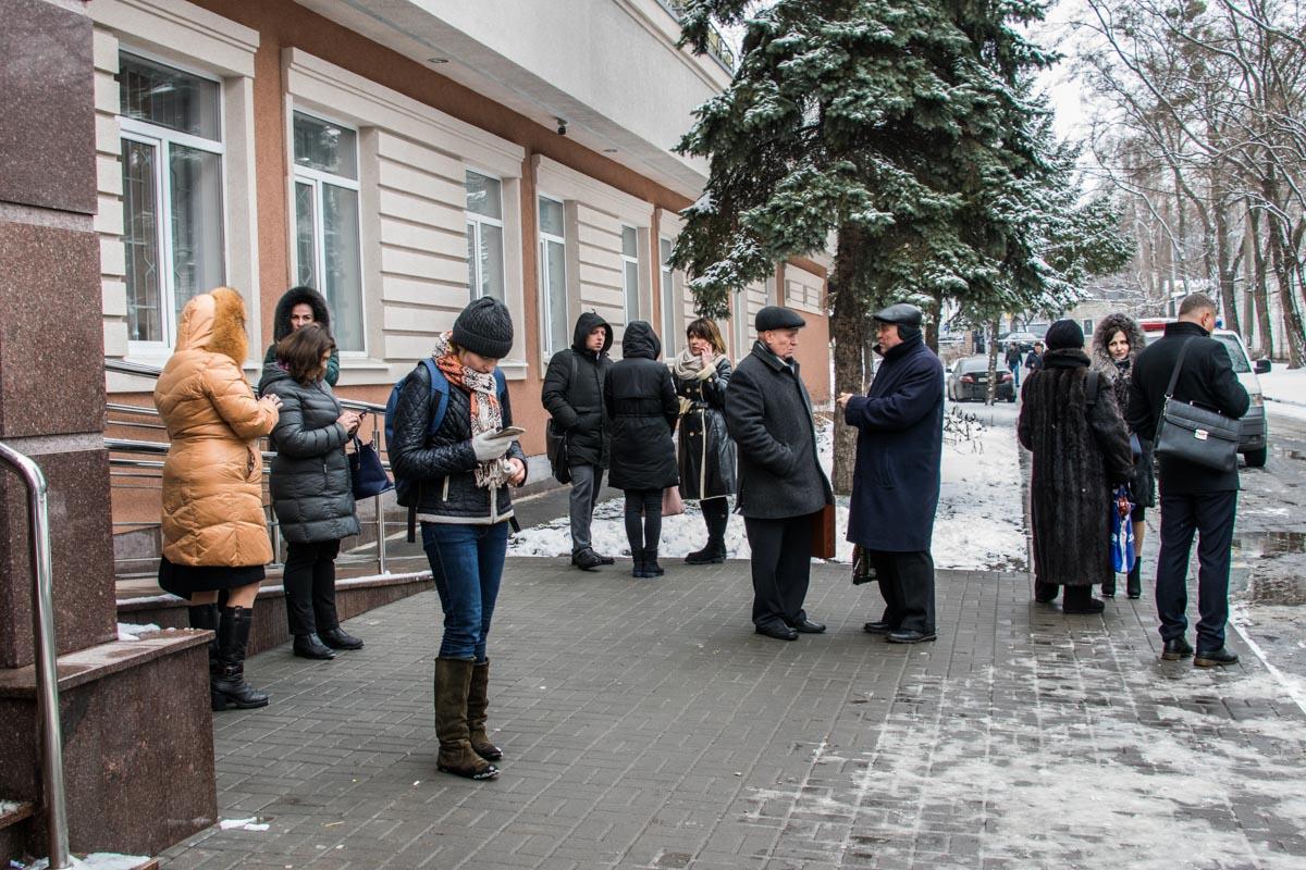Люди ждали у входа, когда смогут попасть на свое слушанье