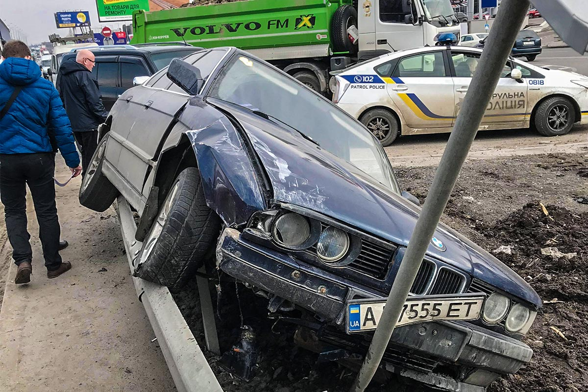 В результате ДТП BMW вылетела за отбойник