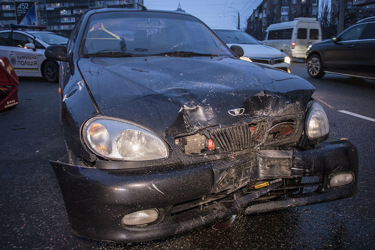 Водитель Daewoo Lanos, которому на вид 50-55 лет, находился в шоковом состоянии, разговаривал только с сотрудниками патрульной службы