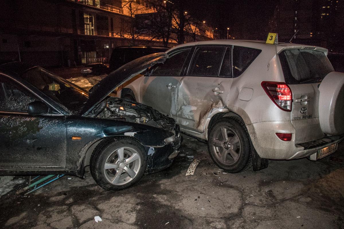 Автомобиль влетел в припаркованную Toyota
