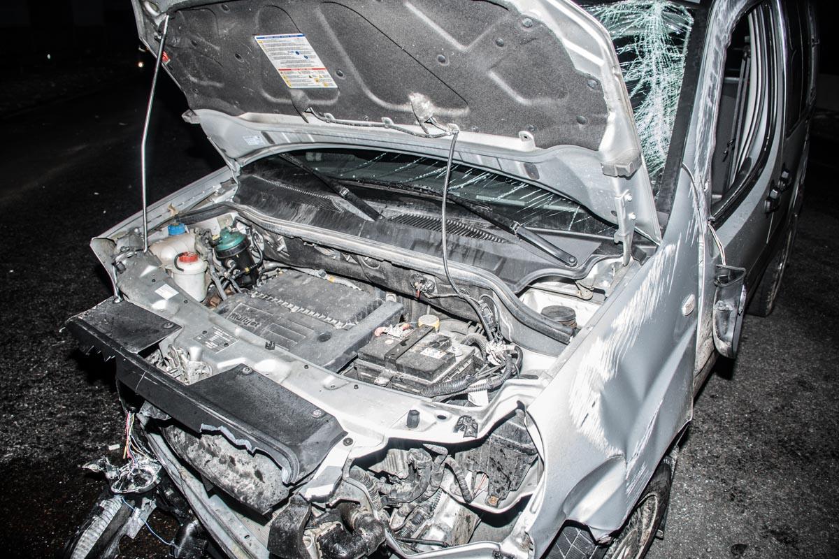 В тяжелом состоянии водителя авто госпитализировали