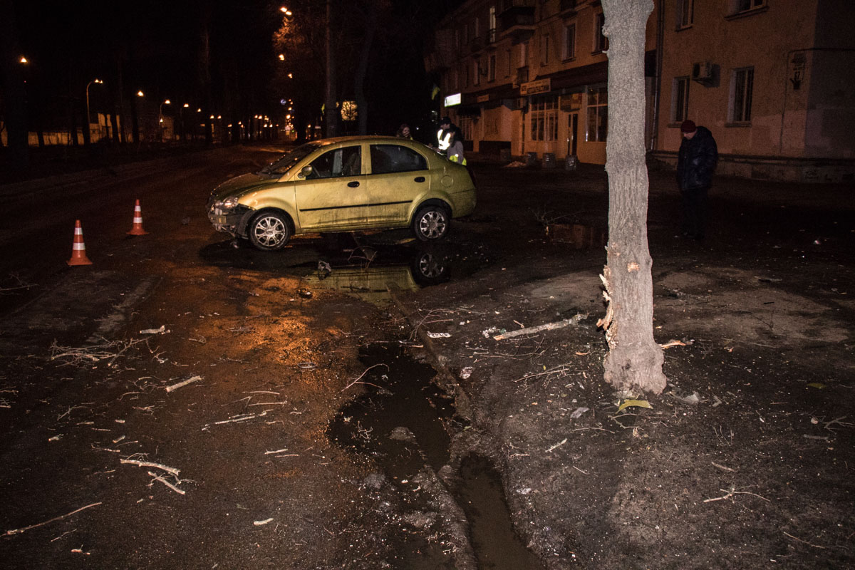 На бульваре Вацлава Гавела CheryJaggi врезался в дерево
