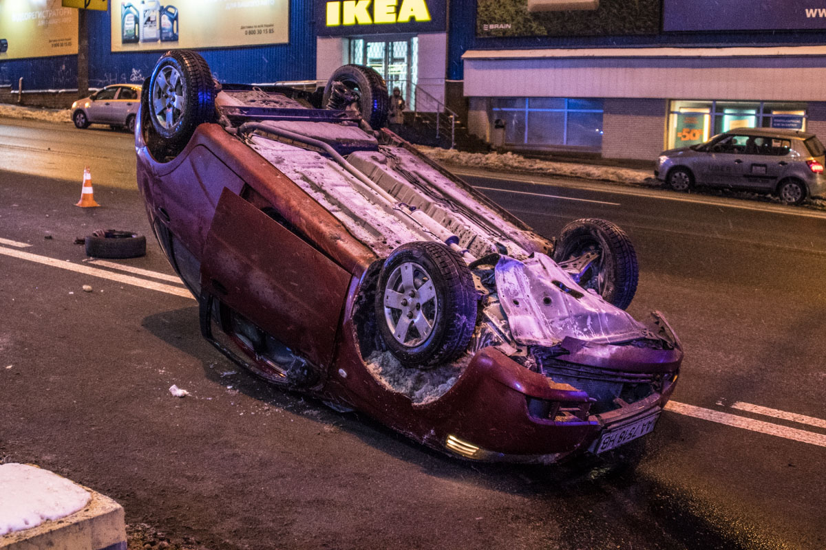 В результате ДТП Chevrolet Aveo перевернулся