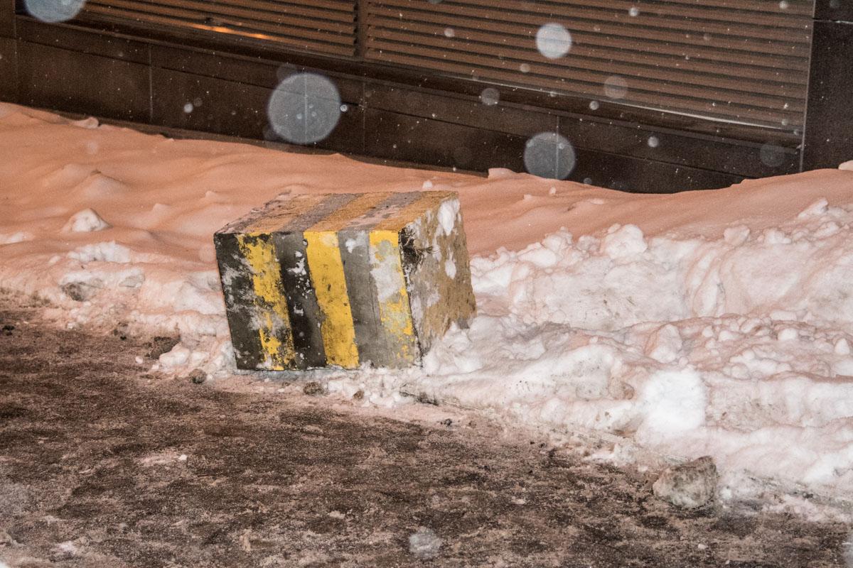 Автомобиль снес бетонный блок, который травмировал пешехода