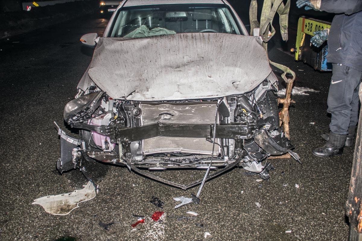 Детали от разбитых авто, разлетелись по всей дороге
