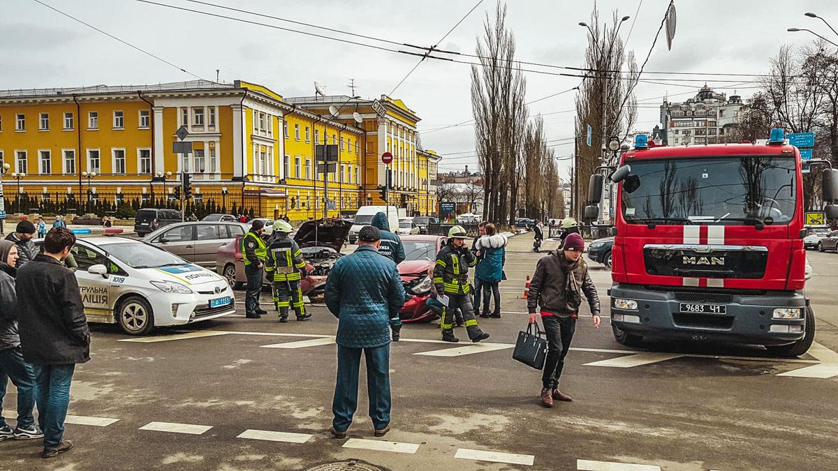 Спасатели отключали аккумулятор во избежании возгорания авто