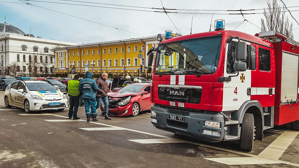 Автомобили столкнулись на пересечении Владимирской улицы и бульвара Шевченко