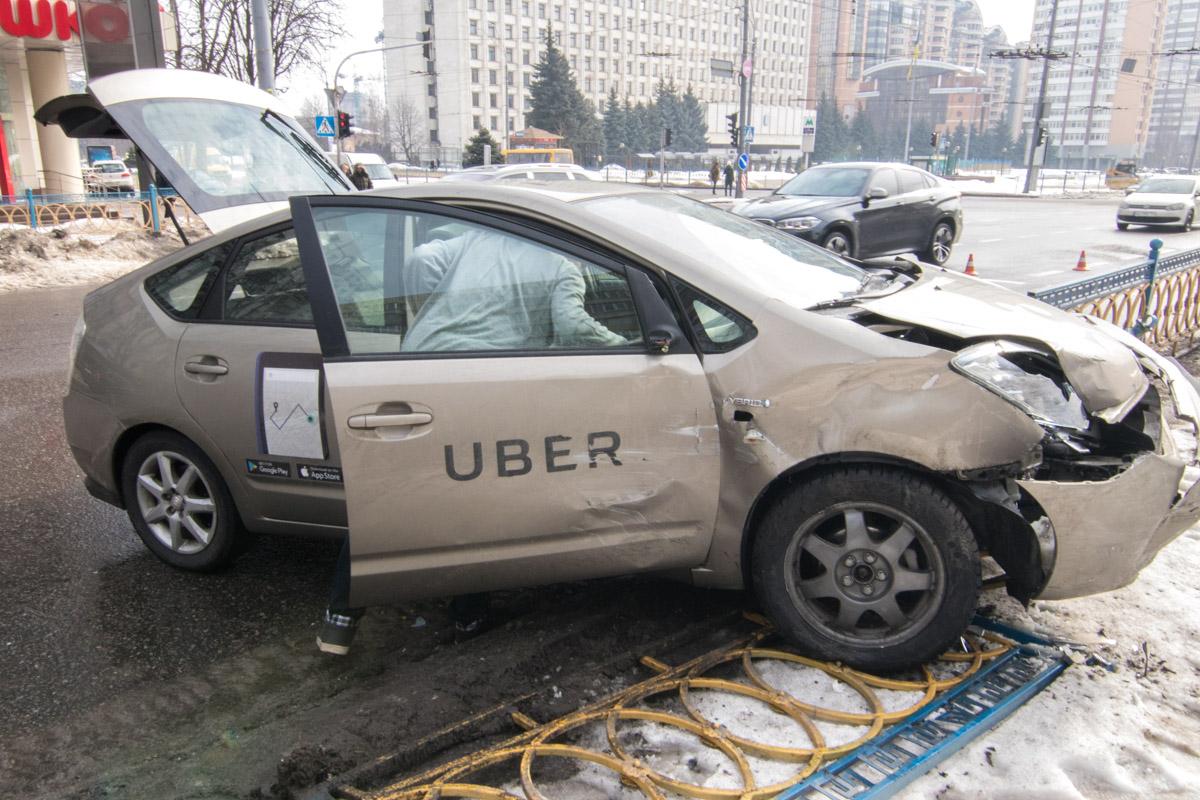 На бульваре Леси Украинки Toyota врезалась в ограждение