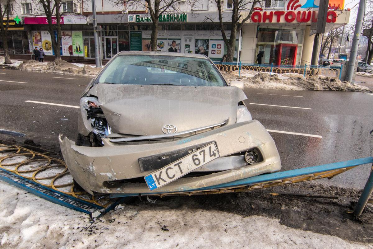 Машину такси задел BMW