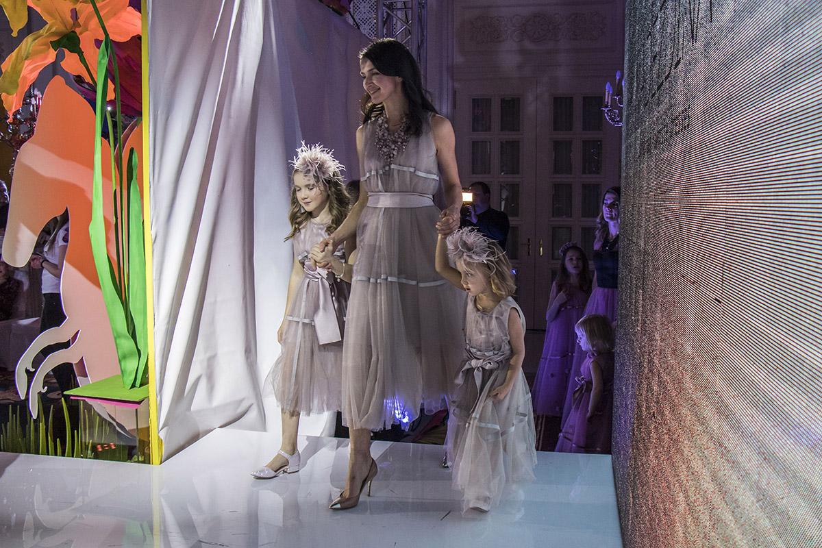 Мамочки со своими дочечками в одинаковых нарядах выглядели очень грациозно