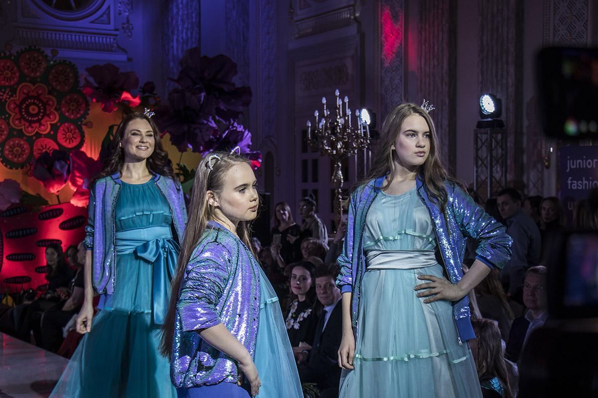 Мамочки в одинаковых нарядах с дочерьми выглядят как подружки