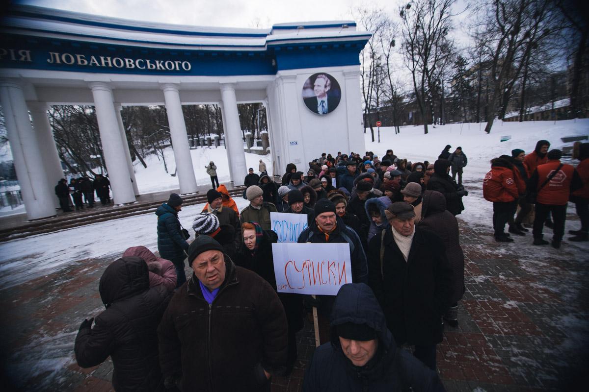 Фермеры собрались возле памятника Лобановскому