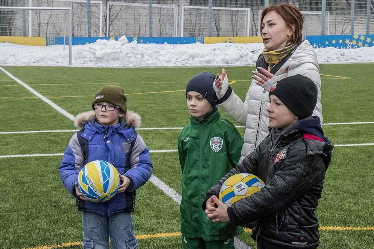 После тренировки маленьким футболистам подарили подарки