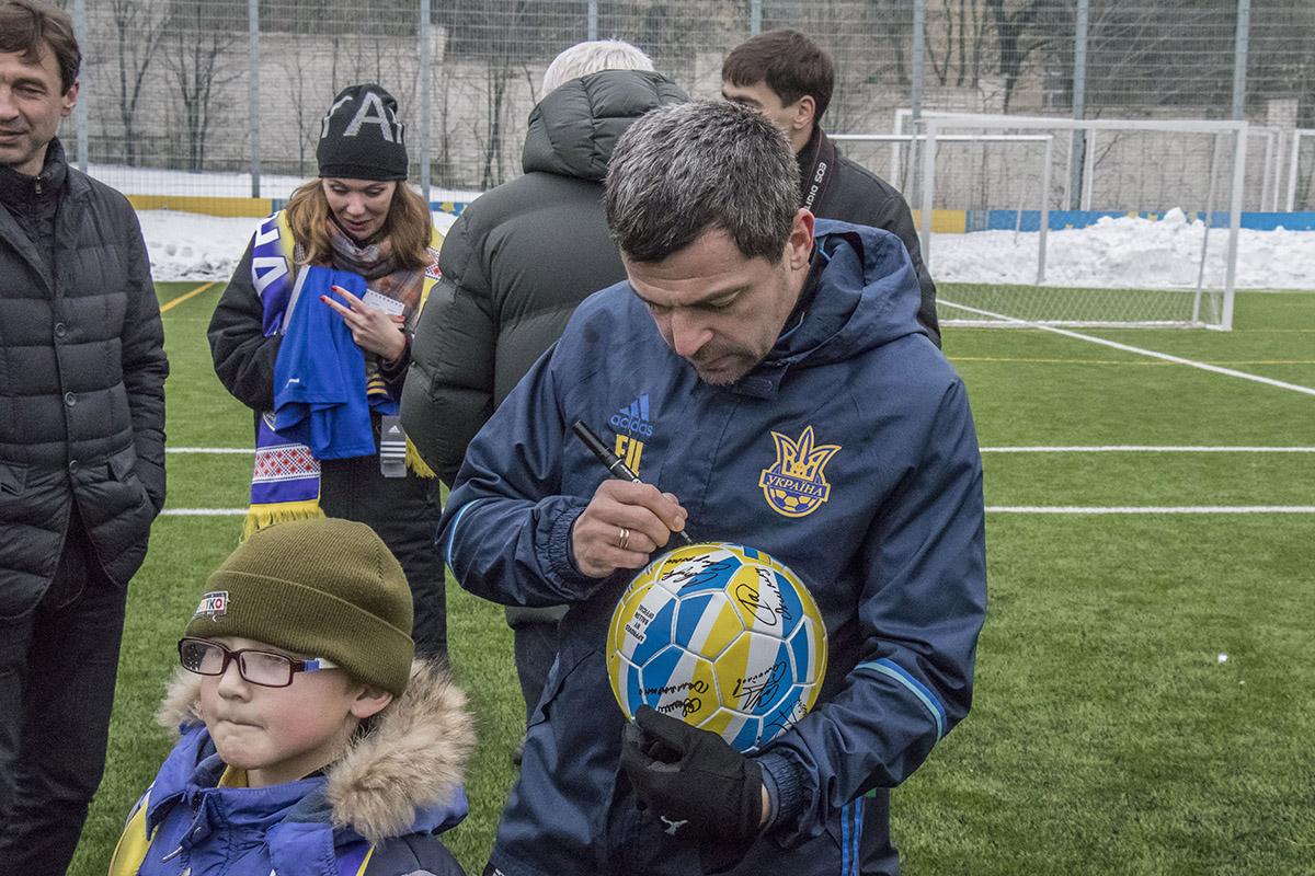 Все присутствующие футболисты на мячах оставили свой автограф