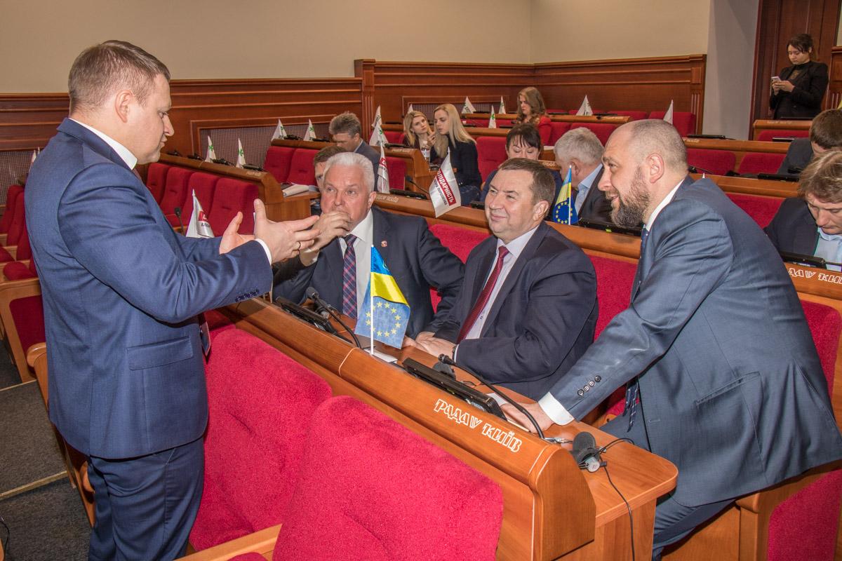 Перед началом круглого стола мэры городов Киевской области обсуждали актуальные проблемы