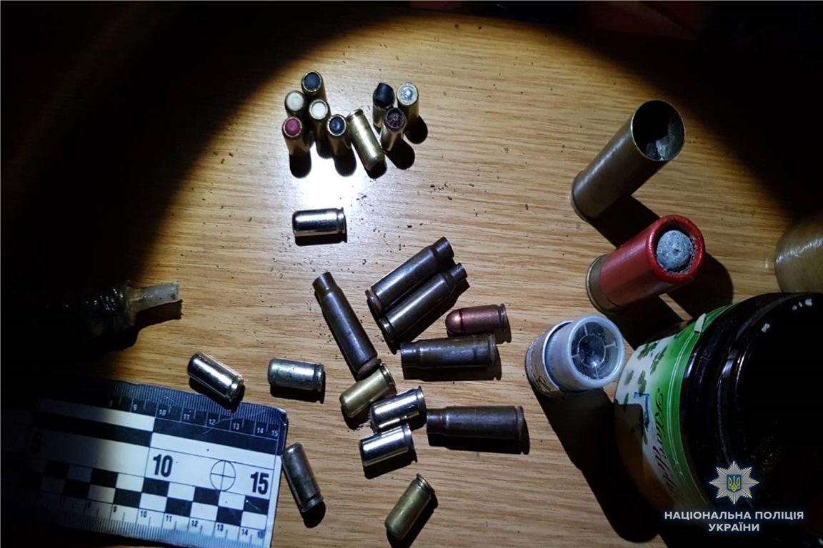 Во время обыска в доме злоумышленника нашли оружие и взрывчатку