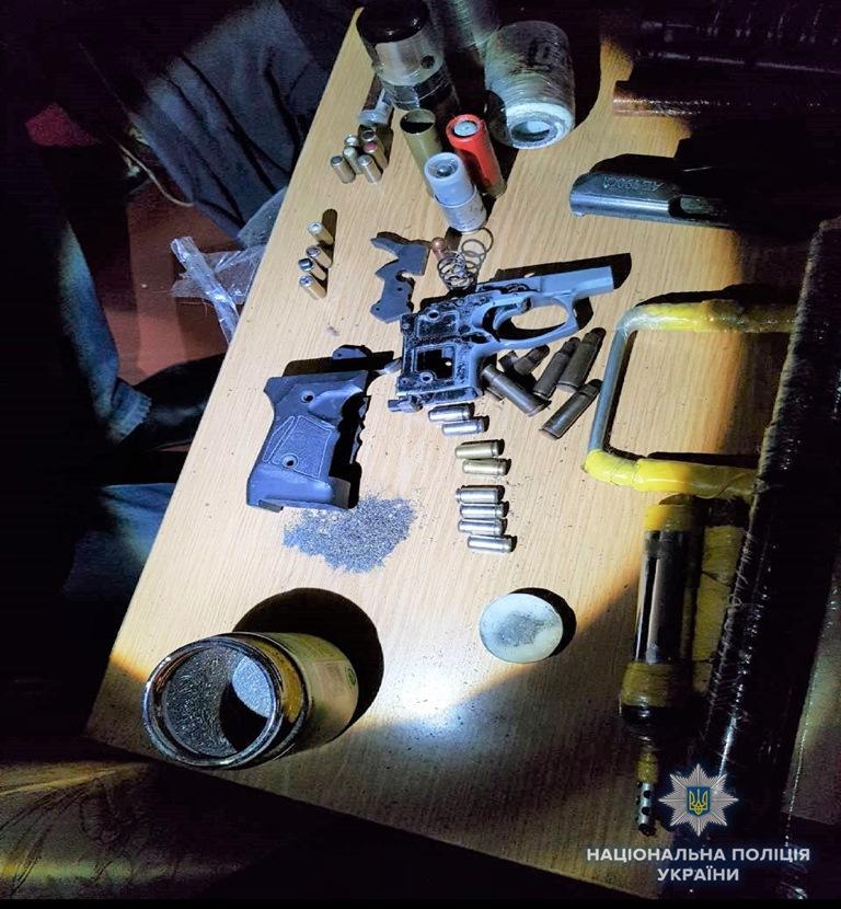 Во время обыска в его доме изъяли самодельное взрывное устройство и заготовки к ним, самодельные патроны, патроны к автомату и охотничьего оружия, дымовую шашку, граната ВОГ-25, части оружия, порох, пакет с неизвестным веществом