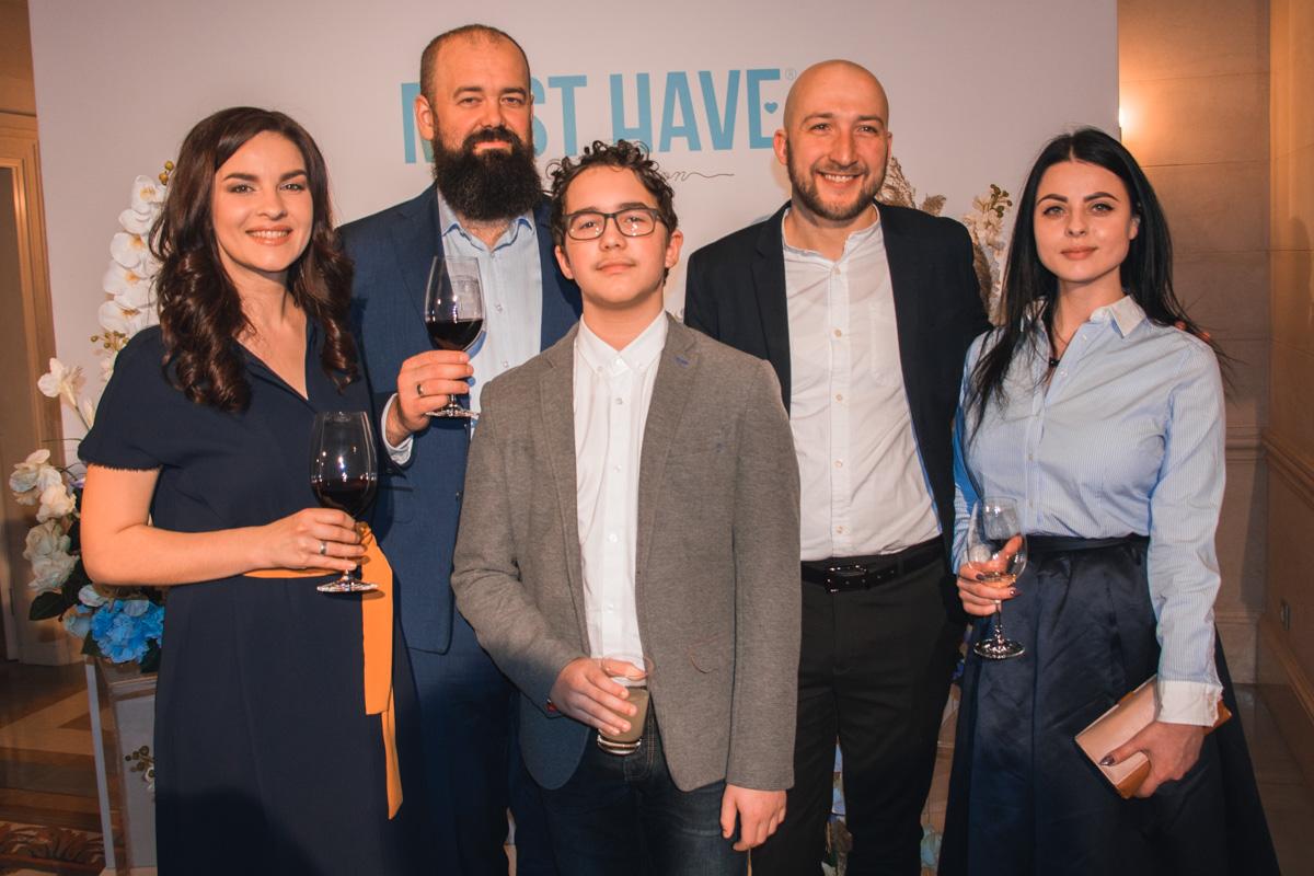 Денис Блощинский с женой и друзьями