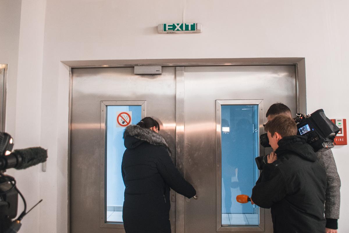 В ТЦ Квадрат пробуем открыть запасной выход, дверь на магните