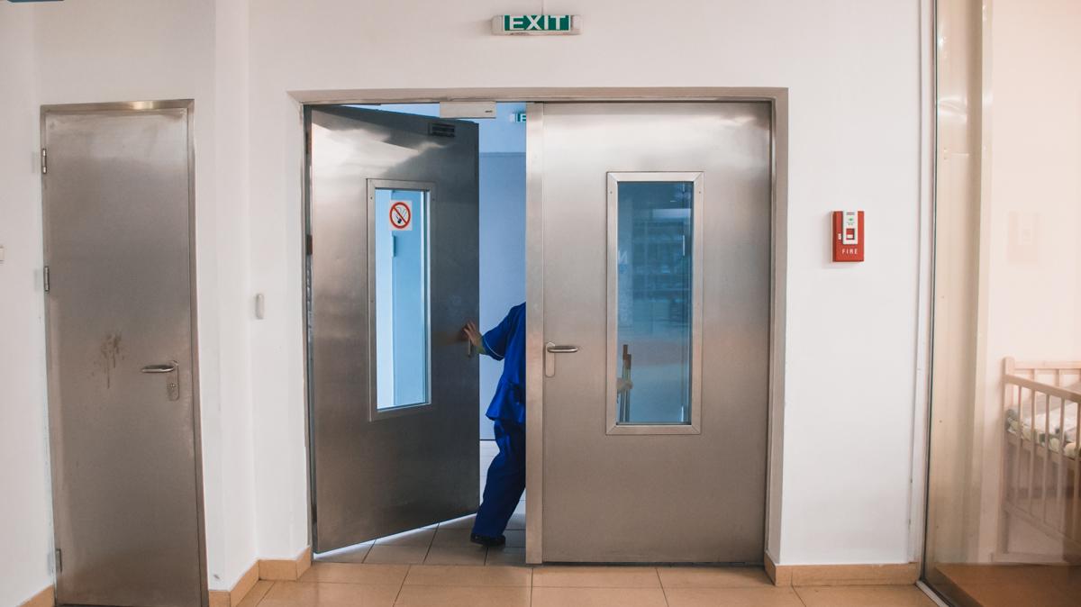 Персонал может открывать запасные двери в ТЦ при помощи пропусков