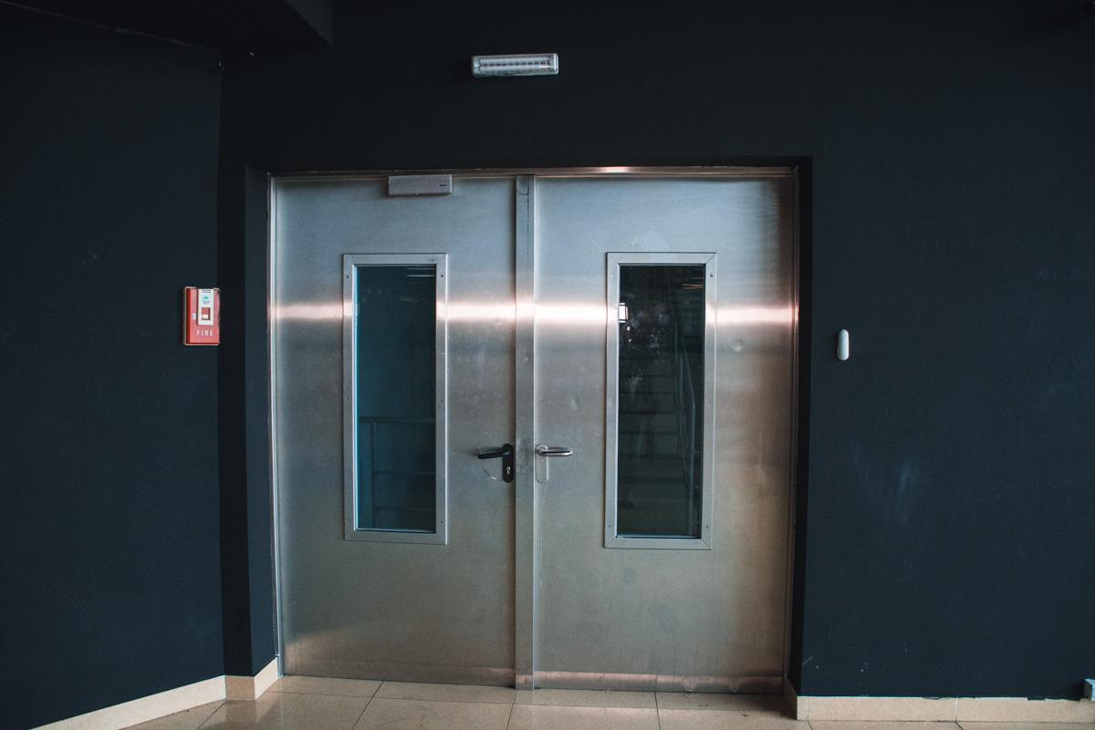 Чтобы выйти через запасную дверь, нужно нажать тревожную кнопку оповещение о задымлении или пожаре