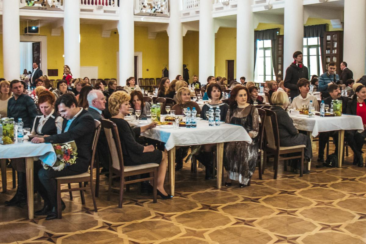 Во время церемонии гостей угощали различными закусками и напитками