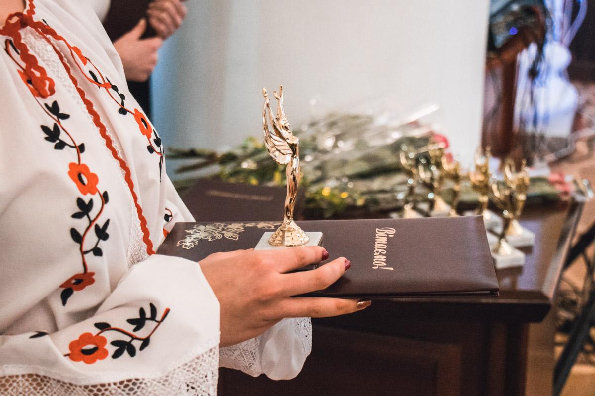 Победительниц в 10 номинациях награждали статуэтками и дипломами
