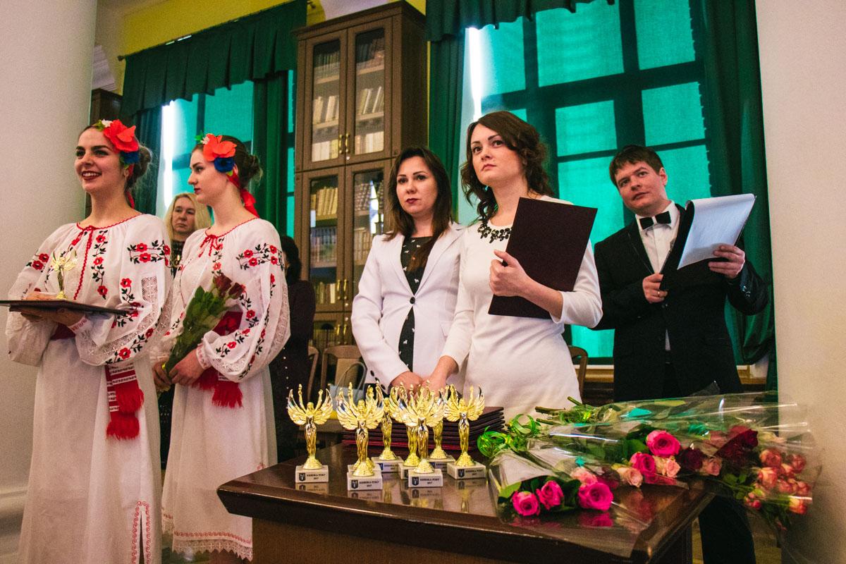 В праздник весны женщинам также дарили красивые цветы
