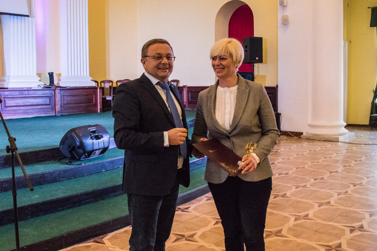 Награждал лучших начальник Департамента социальной политики Юрий Крикунов
