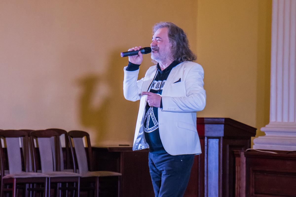 """Специальный гость церемонии певец Тарас Петриненко для женщин спел свой хит """"Україна"""""""