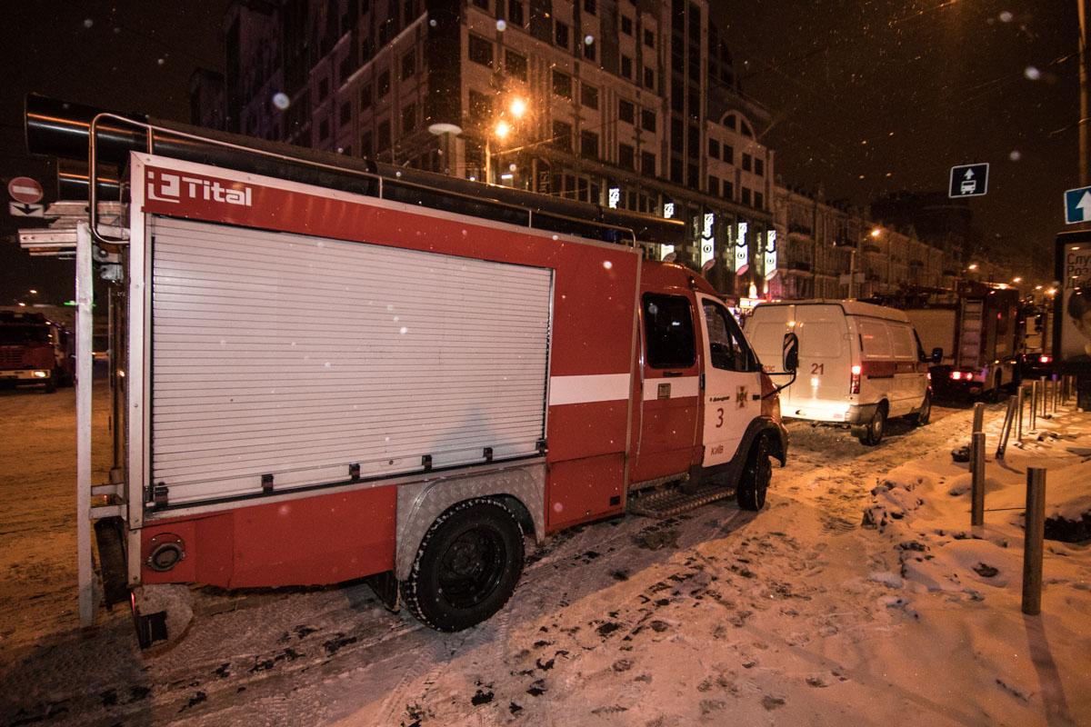 К станции метро прибыло около 14 автомобилей ГСЧС