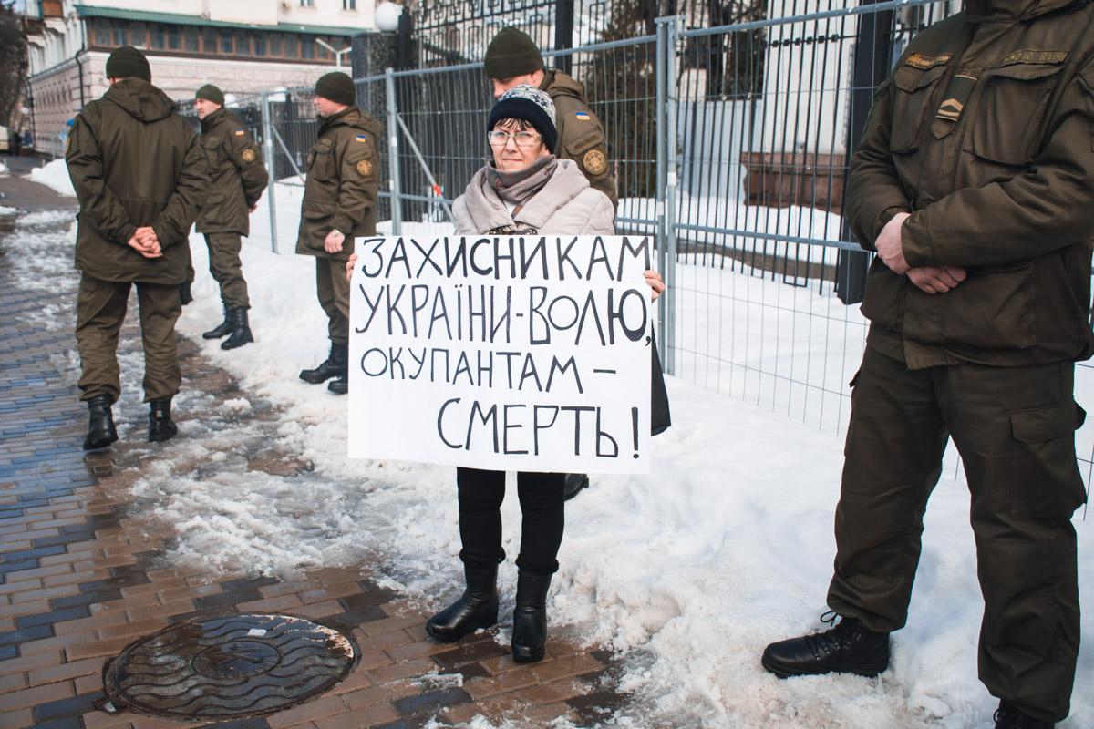 Участники акции мирно стояли с плакатами в окружении военных